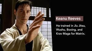 À esquerda, Keanu Reeves, bem jovem em Matrix, em cena de prática de seus treinos, com kimono, expressão de concentração no rosto sério e a mão esquerda erguida à sua frente em posição de luta; à direita, texto em inglês que traduzo aqui: Keanu Reeves - Ele treinou Jiu JItsu, Wushu, Boxe e Krava Maga para [estrelar em] Matrix.