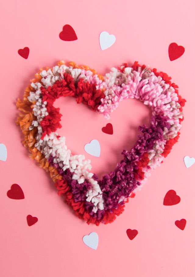 Simple yarn heart wreath - perfect Valentine's Day decor idea! #valentinesdaycrafts #valentinecrafts #heartcrafts #heartwreath #yarncrafts #yarnwreath #valentineswreath