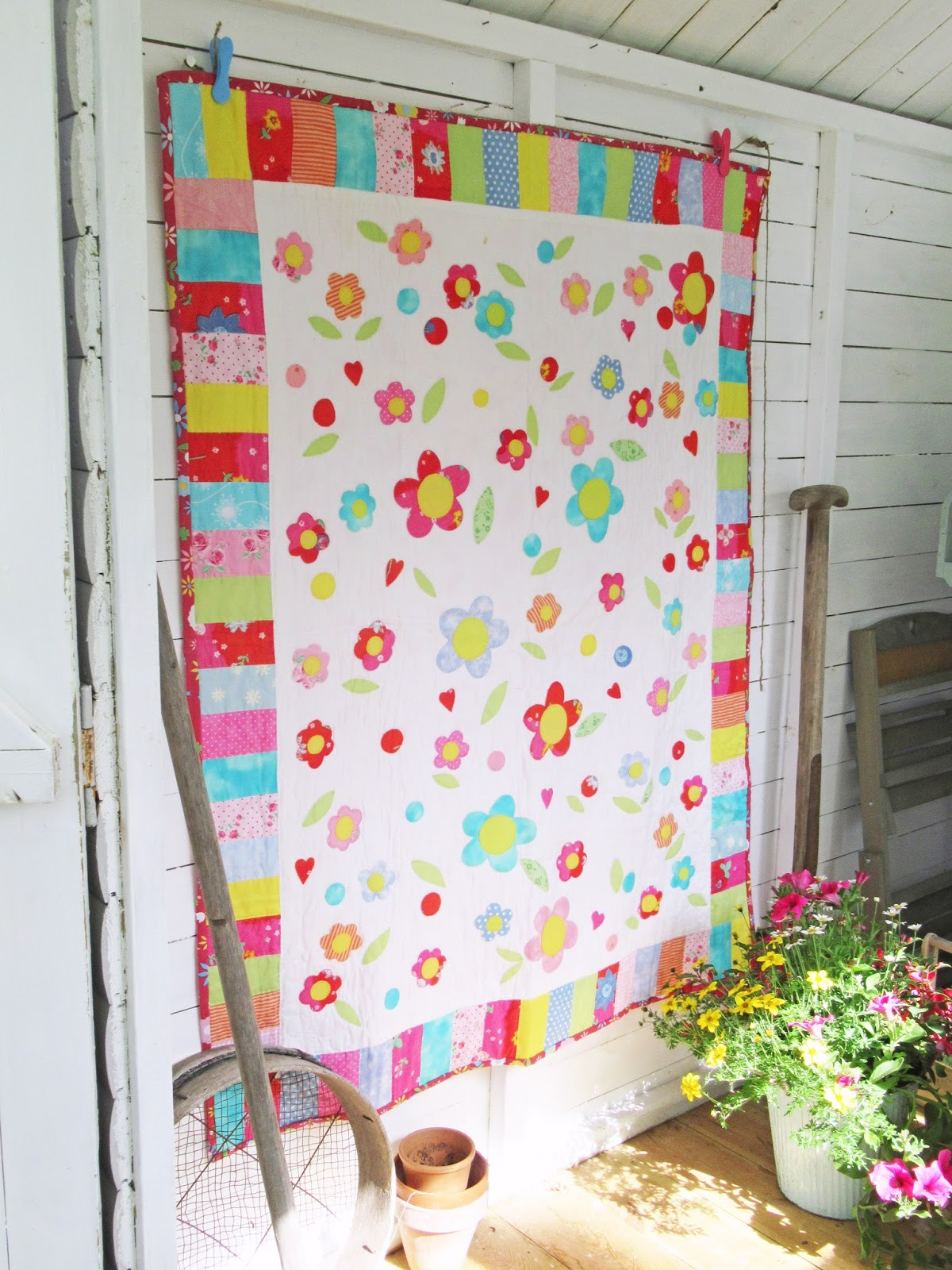 Helen philipps flower garden quilt for Garden shed quilting