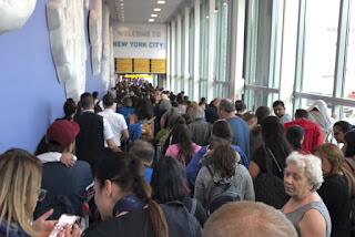 تأخر الآلاف من المسافرين في المطارات الأمريكية بسبب انقطاع أجهزة الكمبيوتر
