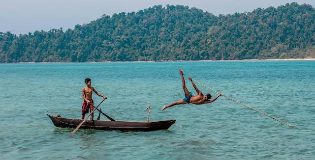 Bộ tộc Moken, sống quanh năm ngoài biển khơi bằng nghề đánh bắt cá bằng dụng cụ thô sơ là ngọn lao chót nhọn bên chiếc thuyền độc mộc.