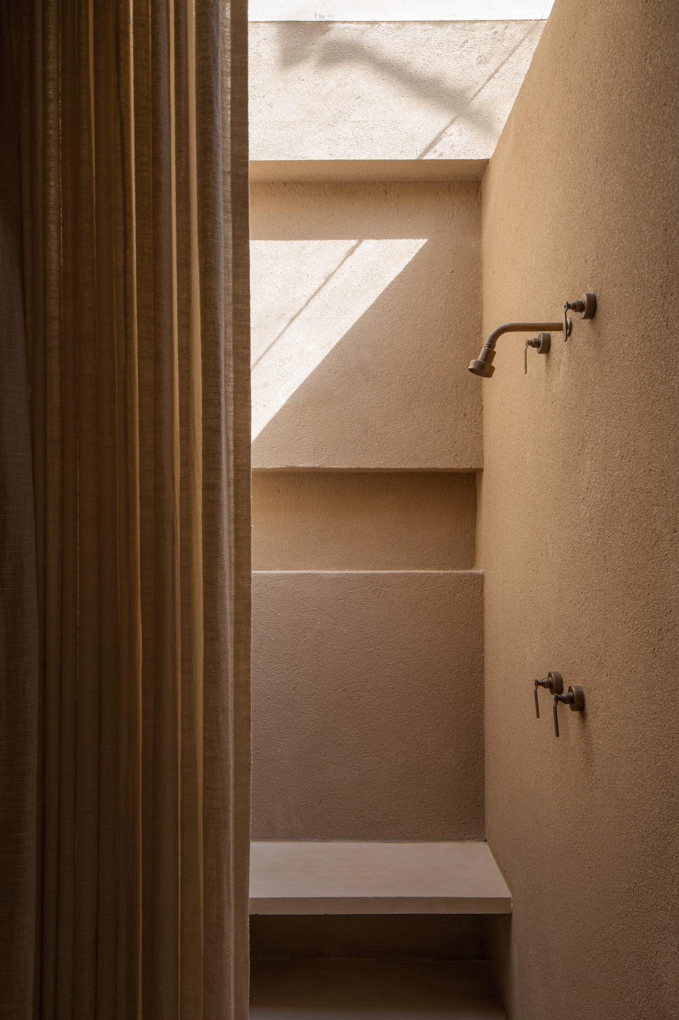 ilaria fatone - une salle de bains en terracotta