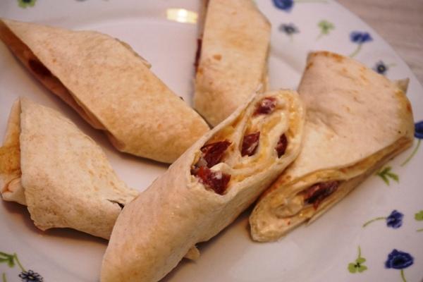 przekąska na kolację - tortilla z serem i kamanosem lub wędliną