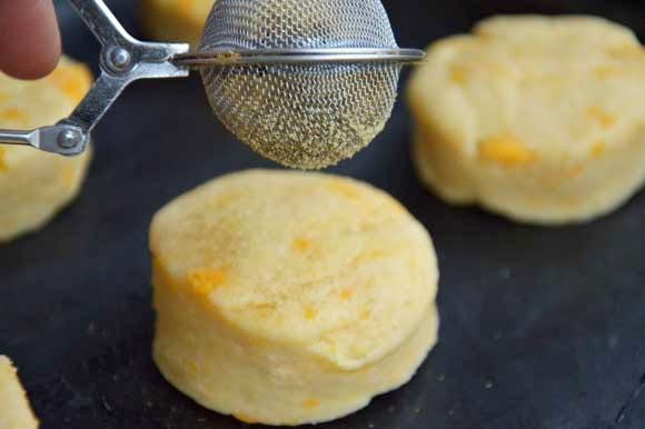 Hartige scones met cheddar, chutney, monchou