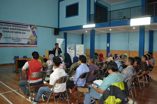 adetruna di hadapan peserta Pelatihan Kewirausahaan Bersama Kiosagro di GOR Kantor Desa Banjaran