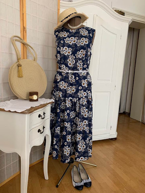 Suknia w margerytki.