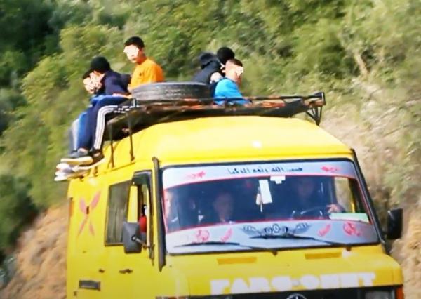 """على شاكلة """"نقل الأكباش"""": تلاميذ بـ""""المغرب المنسي"""" يصارعون """"الموت"""" في طريق الوصول إلى """"حجراتهم"""" الدراسية (صور)"""