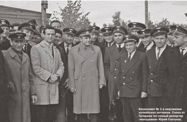 Рига. Юрий Алексеевич Гагарин среди летчиков латвийской авиагруппы ГВФ