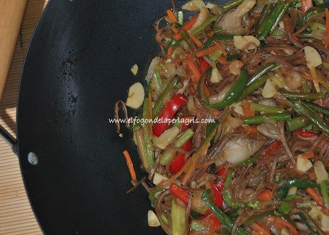 Wok de verduras con setas y fideos chinos