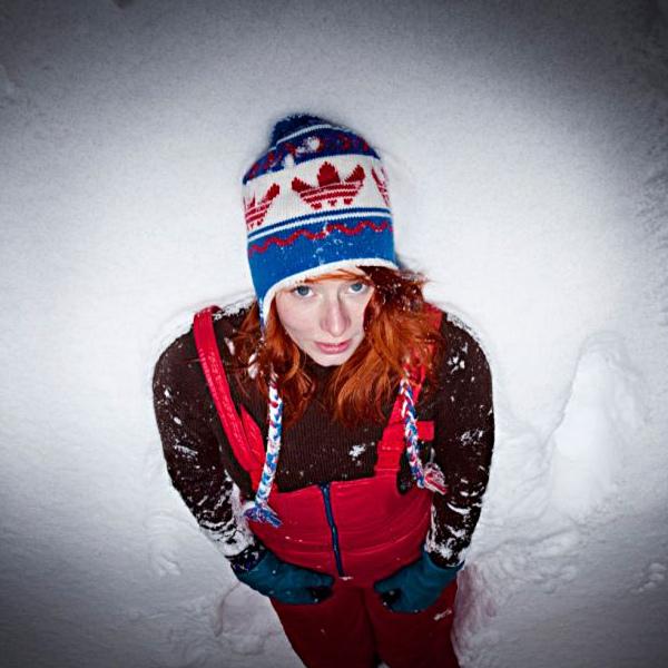 Annika Aakjær ligger i sneen
