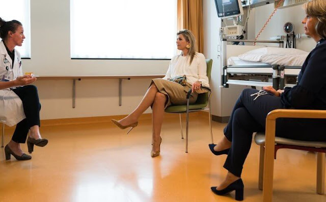 Queen Maxima wore a silk blouse ivory from Natan, and camel wool skirt from Natan