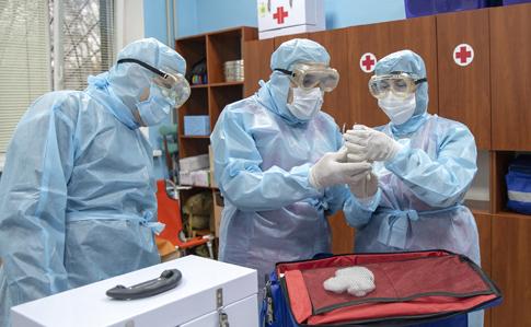 """У медиків """"швидких"""" в рази менше засобів захисту від коронавірусу, ніж потрібно"""