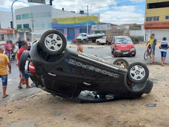 Carros colidem e um deles capota, em Santa Cruz do Capibaribe
