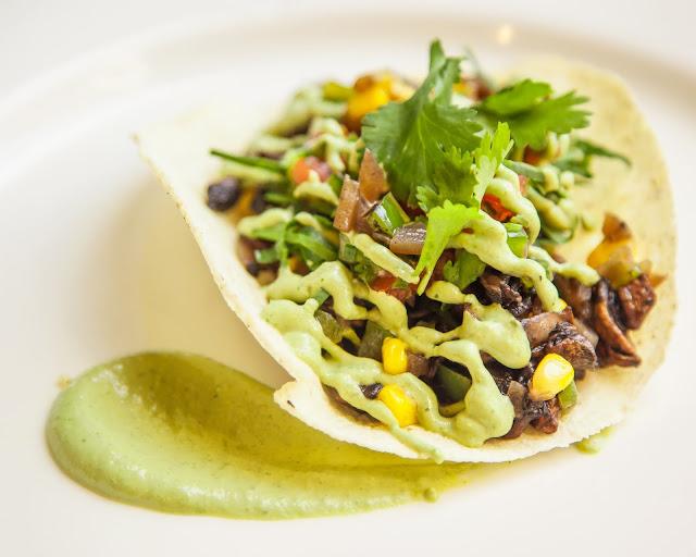 Tacos de champiñones con salsa de crema de cilantro