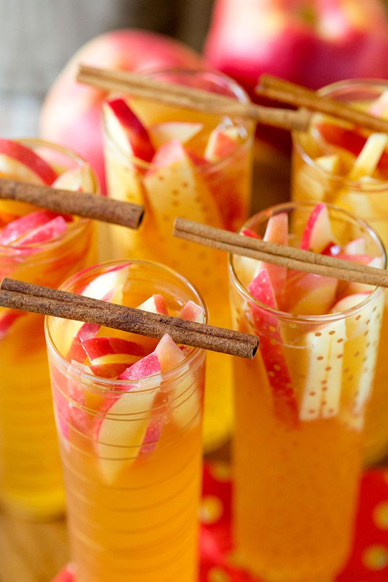 SPARKLING APPLE CIDER SANGRIA #sangria #drink #apple #cocktail #easy