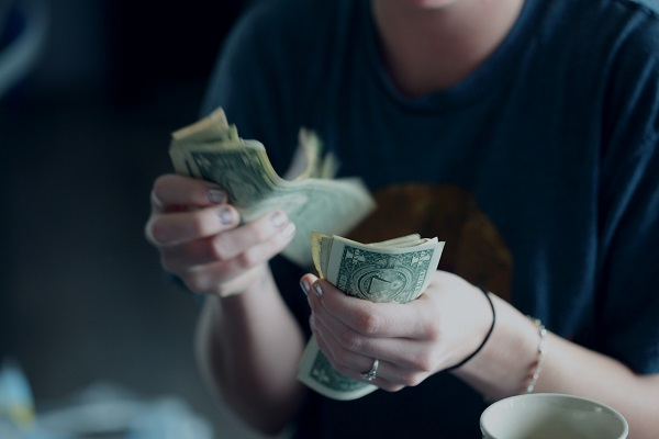 persona-contando-dinero