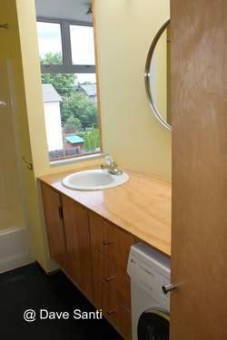 Baño y lavarropas en la planta superior de la casa