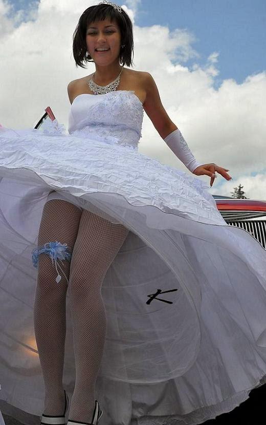 подглядывание под юбкой у невесты красивые девушки