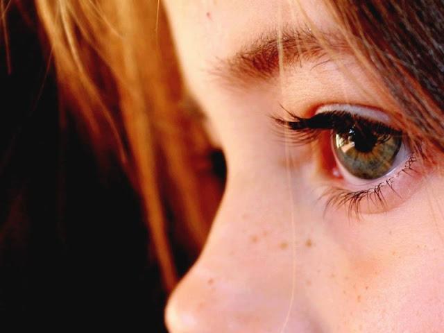 ¿Por qué cerramos los ojos al estornudar?