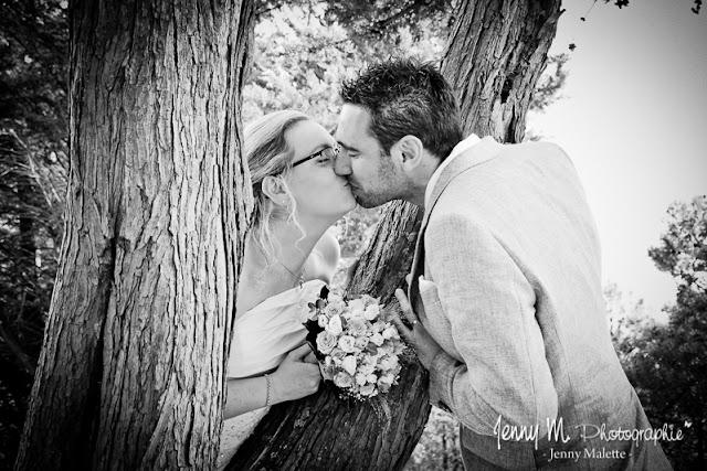 portrait mariés qui s'embrassent en noir et blanc