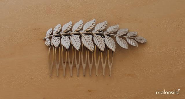 Tocado de peina de hojas pequeñas de latón metálico en plata estilo griego clásico