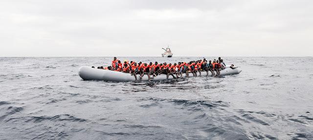 Migrantes y refugiados abordo de un bote en aguas internacionales en las costas de Libia en noviembre 2016.ACNUR//Giuseppe Carotenuto