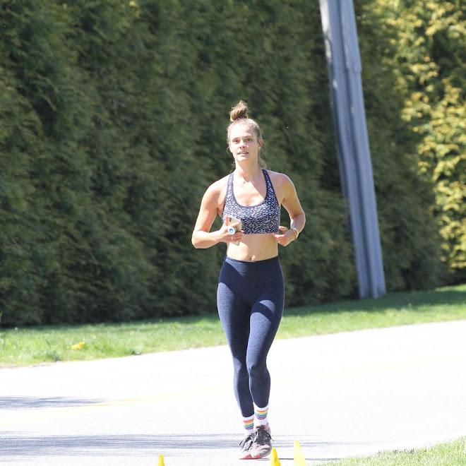 Nina Agdal on a jog in the Hamptons : 新型コロナのパンデミック下でもジョギング時にはマスクをしない正しい走り方のニーナ・アグダル ! !