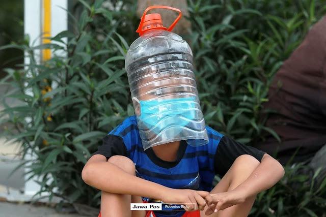 Khofifah Dikecam Unggah Foto Bocah Pakai Face Shield dari Galon Air