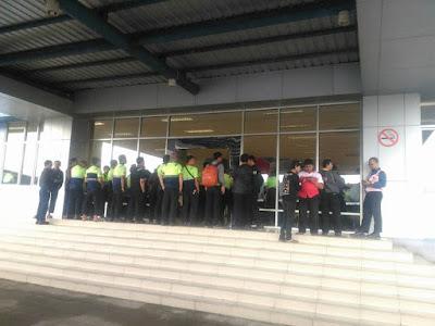 suasana aksi solidaritas menolak phk sepihak pt. linfox