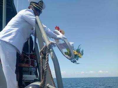 Peringati Hari Pahlawan, Lanal Saumlaki Gelar Tabur Bunga di Laut