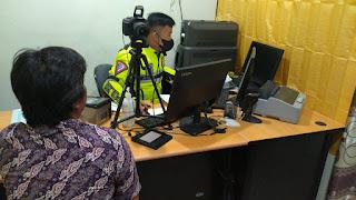 Petugas Satpas Polres Enrekang Berikan Layanan Prima Kepada Pemohon SIM