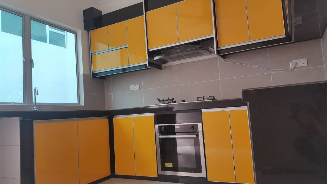 Pemilihan Warna Yang Agak Berani Iaitu Kuning Glossy Memberi Impak Begitu Bagus Sekali Memandang Kan Ruangan Dapur En Saupi Ni Besar