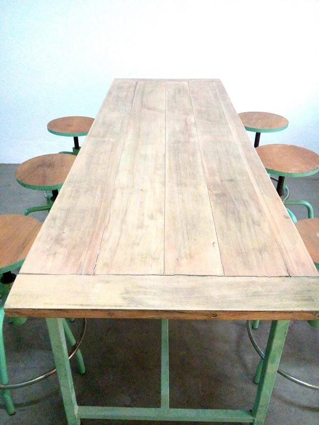 Tienda decoración industrial para negocios, mesas con taburetes de madera y metal