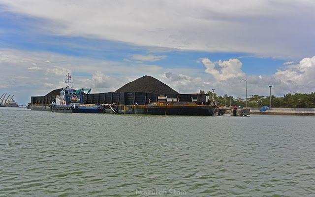 Kapal Tongkang Pancaran 511 di Cilacap