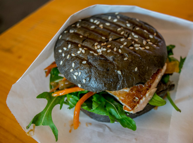 Laka kuharica: black hamburger with salmon.
