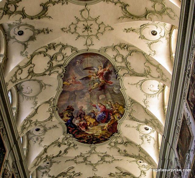 Salzburgo: afrescos rococó na Abadia de São Pedro