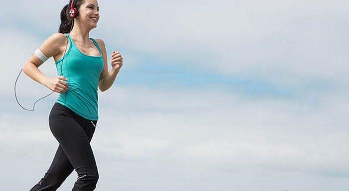 12 Tips tampil fit dan fresh tanpa obat-obatan, jadwal dan manfaat olahraga yang teratur, olahraga teratur tetapi tidak berlebihan, tips secara olahraga yg teratur, pengertian olahraga yang teratur itu seperti apa, artikel sejarah definisi dan pengertian olahraga, peraturan pengenalan manfaat olahraga bagi kesehatan, woman running headphones