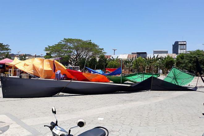 Tenda Makanan di Alun-alun Roboh Dihempas Angin - bone terkini