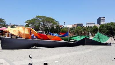 Tenda Makanan di Alun-alun Roboh Dihempas Angin