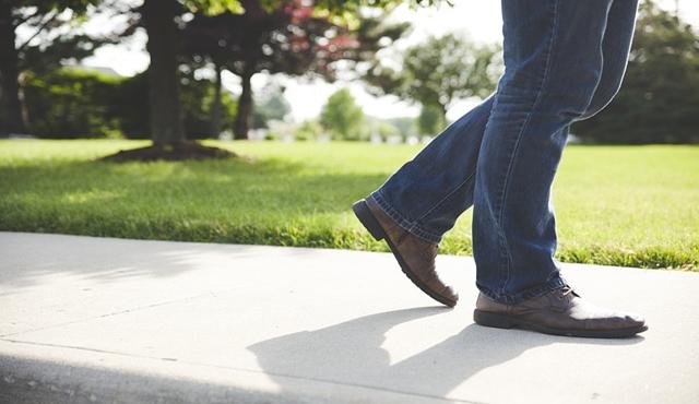Berjalan lambat sambil bernapas pelan