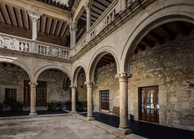 Patio del Palacio Orellana-Pizarro :: Canon EOS5D MkIII | ISO100 | Canon 17-40@17mm | f/4.0 | 1/50s