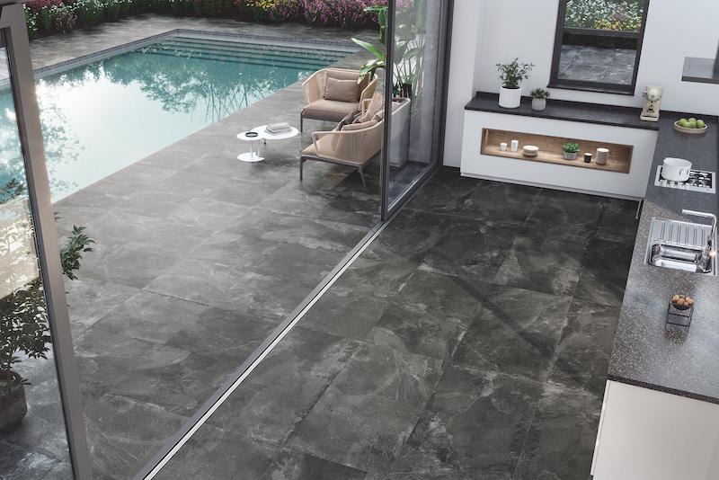 Terraza con piscina con pavimento cerámico