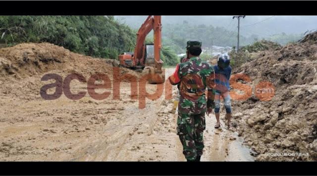 Personel TNI Bersihkan Material Longsor di Jalan KKA