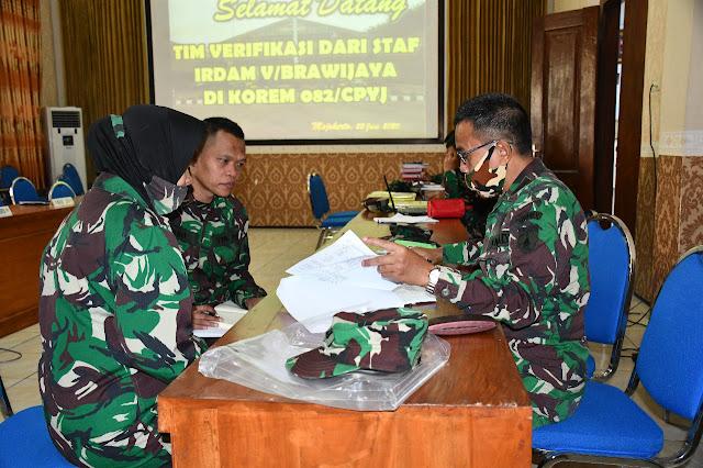 "Mojokerto - Dalam waktu dekat, tongkat Komando Danrem 082/CPYJ  akan diserahterimakan dari Kolonel Arm Ruly Chandrayadi SH.MH., kepada Kolonel Inf Muhammad Dariyanto Sehubungan dengan itu, Korem 082/CPYJ  menerima Tim Verifikasi dari Kodam V/BRW, bertempat di Ruang data Makorem 082/CPYJ Mojokerto, Senin (22/06/2020). Kedatangan Tim Verifikasi dari Itdam V/Brw dipimpin oleh Brigjen TNI Arie Subekti .S.A.P. disambut dan diterima  oleh Ws. Danrem  082/CPYJ Letkol Arm Beni Sutrisno S.Sos dan para Kasi Korem.         Dalam kesempatan itu, Ws. Danrem  mengucapkan selamat datang kepada rombongan Tim Verifikasi dan menyampaikan kepada para Staf Makorem 082/CPYJ untuk menyiapkan serta membantu pelaksanaan proses Verifikasi dengan sebaik-baiknya. ""Saya harap, agar para Staf dapat membantu dengan menyiapkan semua yang berkaitan dengan data serta administrasi penunjang lainnya, yang nantinya akan diperiksa oleh Tim Verifikasi,"" kata Letkol Beni Sutrisno.        Sedangkan Ketua Tim Verifikasi Brigjen TNI Arie Subekti S.A.P , mengucapkan terimakasih atas sambutan yang telah diberikan dan mengatakan bahwa kegiatan Verifikasi ini merupakan hal rutin yang dilakukan jika akan ada pergantian pucuk pimpinan dalam suatu organisasi. Brigjen TNI Arie menjelaskan, adapun sasaran yang menjadi obyek Verifikasi adalah semua fungsi yang berkaitan dengan barang-barang inventaris yang di dalamnya mempunyai fungsi utama sebagai kekuatan pertahanan, serta untuk menginventarisir baik dari sisi personel, pertanggungjawaban anggaran, logistik, pangkalan dan lain-lain. ""Hal ini dilakukan agar pada saat diserahterimakan kepada pejabat yang baru, tidak terjadi kekurangan ataupun kelebihan, sehingga   pejabat baru akan  melaksanakan tugas dengan  baik ""jelasnya.       Tim Verifikasi akan melaksanakan pengecekan selama  sehari di Makorem 082/CPYJ sesuai tugas dan fungsinya masing-masing. Setelah pemeriksaan dinyatakan selesai tim Verifikasi dari Kodam V/Brawijaya akan melaporkan hasil Verifikasi kepada Pa"