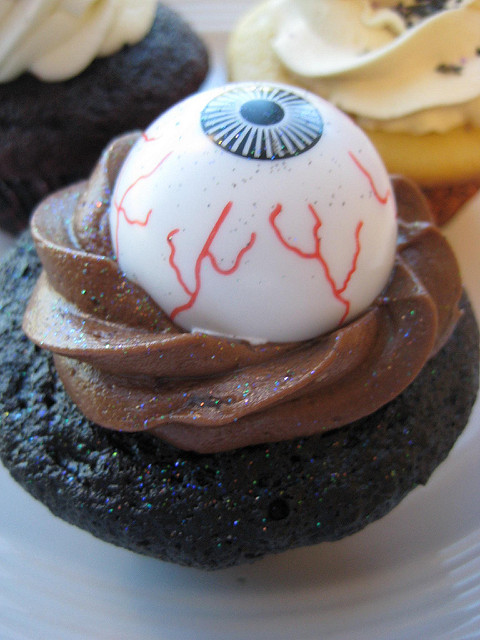 easy halloween eyeball cupcakes