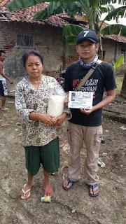 Keliling Kampung, IWO Indramayu Bagikan 1000 Kg untuk Warga Terdampak COVID-19