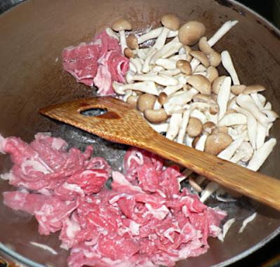 牛とシメジを炒める