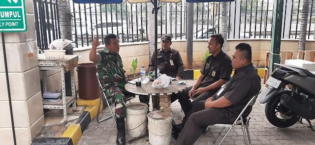 Babinsa Koramil 05/KJ Sertu M Solihin Sambangi Security Kantor Pajak