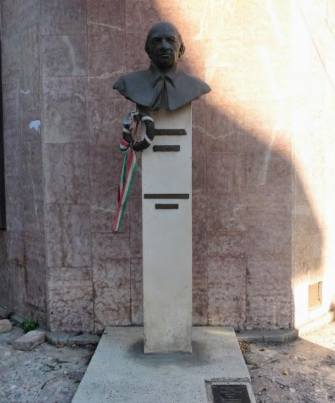 Берегово. Площадь Кошута. Памятник Дьюла Ийешу