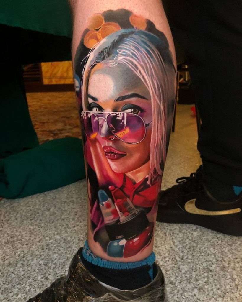 Tatuaje realista de una chica con gafas de sol y mirada sensual